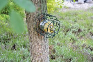 ESSCHERT DESIGN Držák zrní s ochranou proti veverkám
